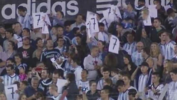 بالفيديو. قميص رونالدو يظهر في مدرجات الأرجنتين ويتسبب في حزن ميسي