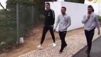 """بالفيديو. رونالدو يحاول """"سرقة"""" هاتف من إحدى معجباته"""