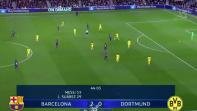 بالفيديو. الكرة التي ضربت وجه الحكم في مباراة برشلونة ودورتموند