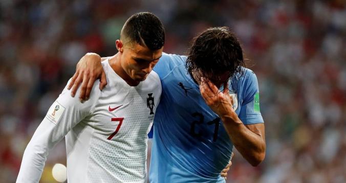 رونالدو يساعد كافاني على الخروج من الملعب