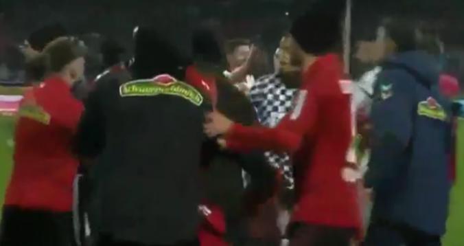 """بالفيديو. عميد آينتراخت فرانكفورت يعتدي على مدرب فرايبورغ في """"البوندسليغا"""""""
