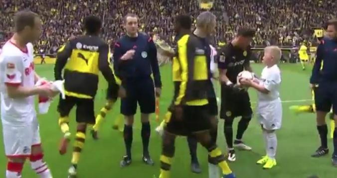 بالفيديو. حارس دورتموند يثير الجدل بلقطة غريبة قبل انطلاق كل مباراة