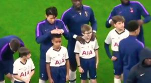 بالفيديو. لقطة إنسانية جميلة من نجم توتنهام اتجاه طفل صغير
